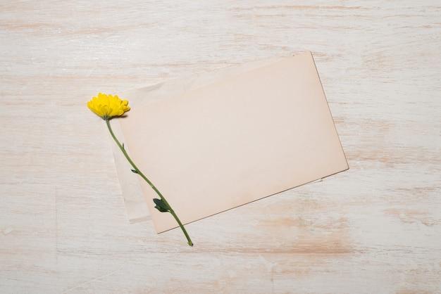 Womans day grußkarte mit gelben blumen über holzuntergrund. draufsicht mit kopienraum