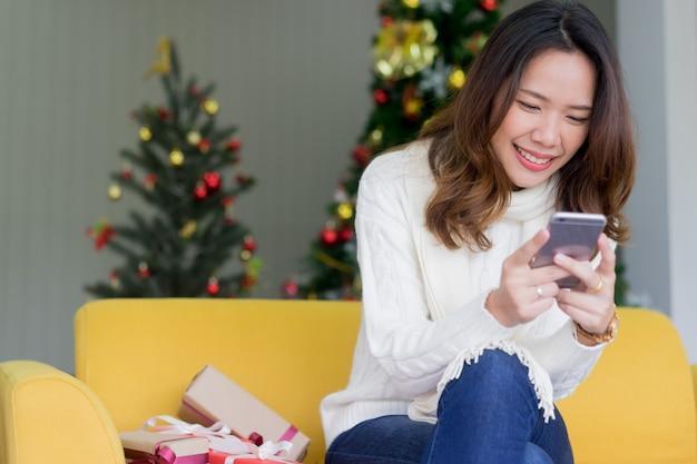 Womanusing smartphone zum suchen der rabattförderung im cyber montag und im schwarzen freitag für das einkaufen online