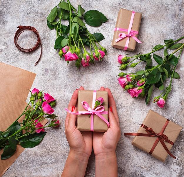 Womens hände halten eine geschenkbox