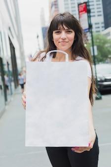 Wonan, der einkaufstasche in den händen hält
