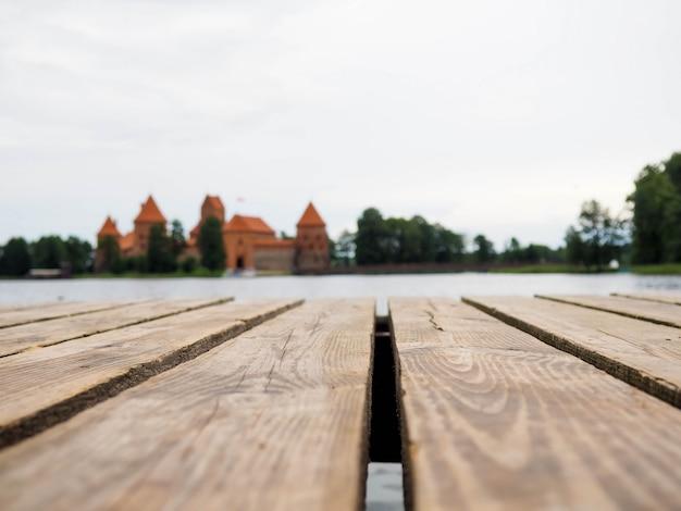 .wood tischplatte auf abstrakten natürlichen grünen bokeh hintergrund,