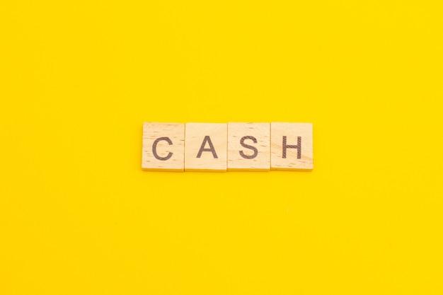 Word cash aus holzwürfeln als geschäftskonzept