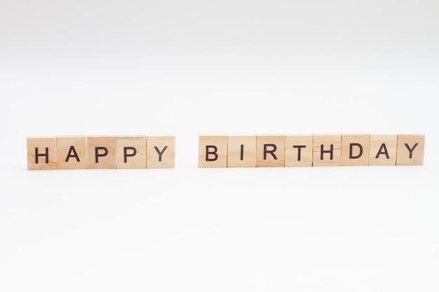 Word happy birthday aus holzblöcken isoliert