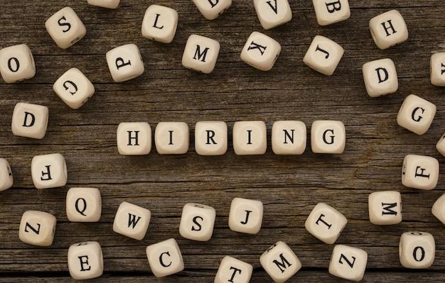 Word hiring geschrieben auf holzblock