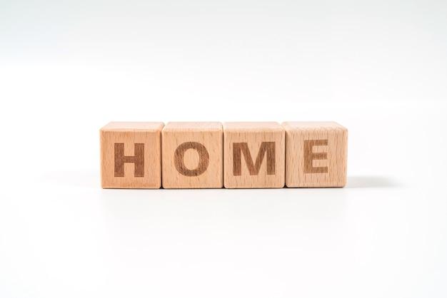 Word home auf holzwürfelwürfeln