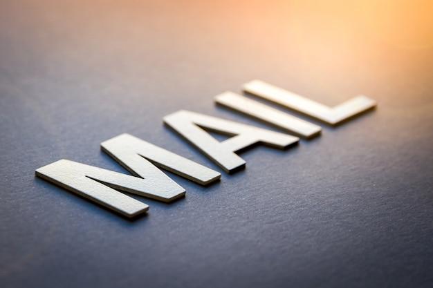 Word mail geschrieben mit weißen festen buchstaben