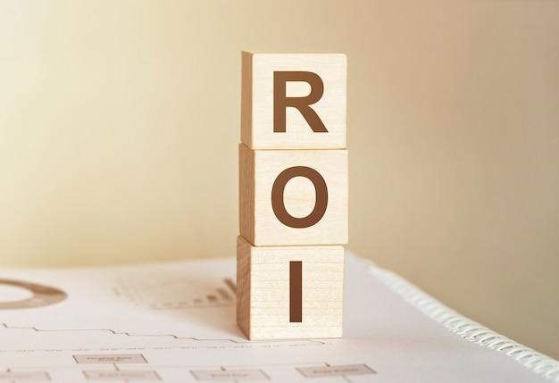Word roi (return on investment) aus holzbausteinen