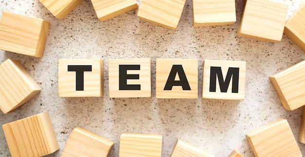 Word team besteht aus holzwürfeln mit buchstaben