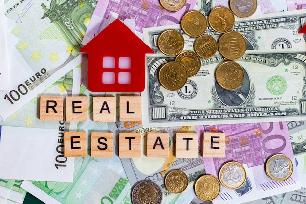 Word text immobilien auf den geldmünzen und banknoten
