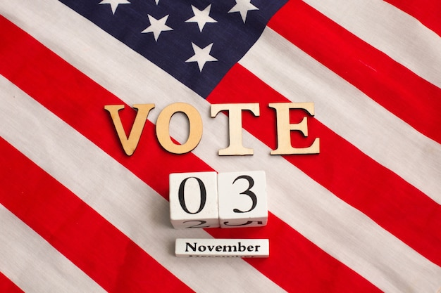 Word vote auf der flagge der vereinigten staaten. präsidentschaftswahl 2020 in den usa. flache zusammensetzung.