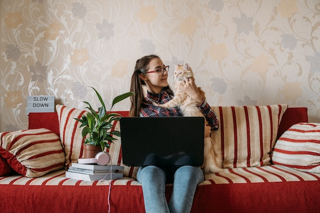 Work-life-balance home-office-arbeitsplatz von zu hause aus flexible arbeitszeitkonzept junge frau mit