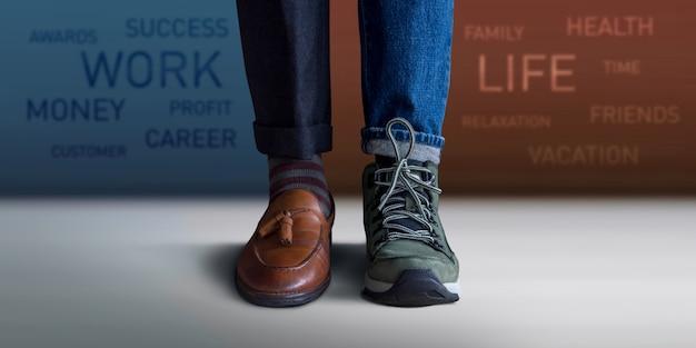 Work life balance konzept. niedriger abschnitt eines mannes, der mit den halben schuhen und den beinen steht