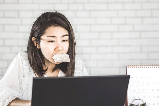 Workaholic und beschäftigte asiatische frau keine zeit zu essen
