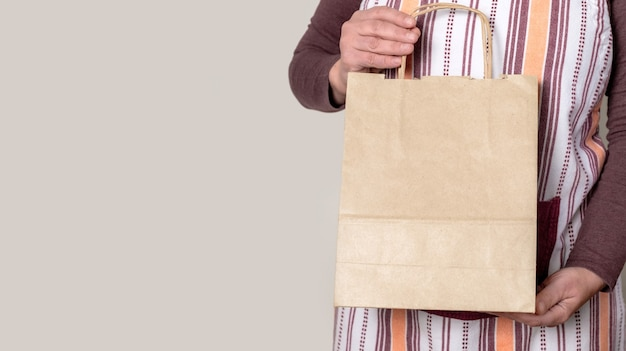 Worker of delivery service verpackungsauftrag für den kunden.
