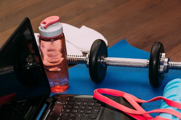 Workout essentials auf einer yogamatte sport und gesundes leben konzept