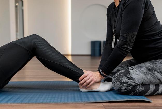 Workout-programmtrainer hilft dem kunden