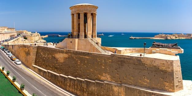 World war ii siege bell war memorial und war belagerungsdenkmal von den lower barrakka gardens in valletta, der hauptstadt von malta aus gesehen?