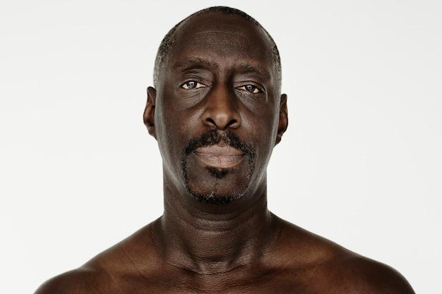 Worldface-afrikanischer mann in einem weißen hintergrund