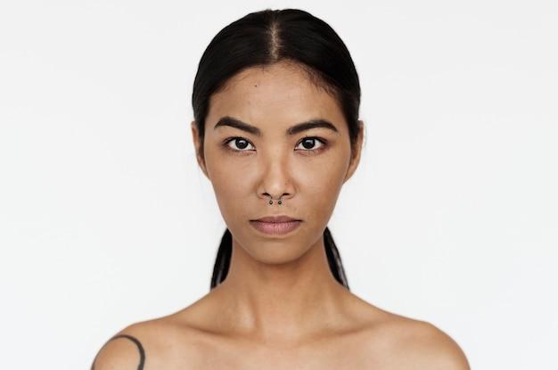 Worldface-thailändische frau in einem weißen hintergrund