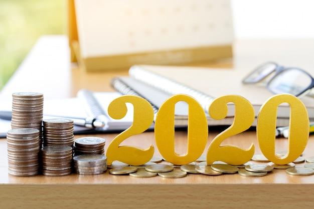 Wort 2020 setzte auf münzen mit münzenstapel o.