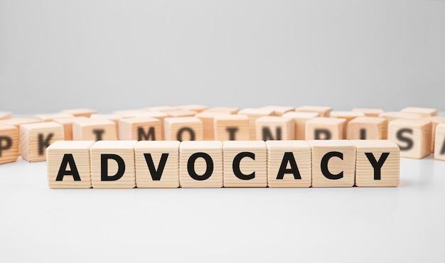 Wort advocacy gemacht mit holzbausteinen