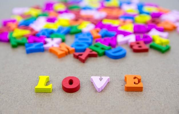 Wort der liebe auf dem hintergrund mit buntem alphabet