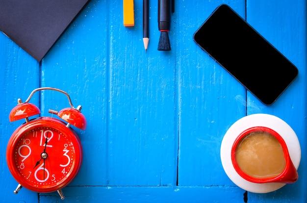 Wort des gutenmorgens, briefpapier mit tasse kaffee auf blauem hintergrund