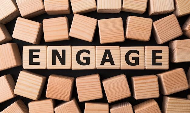 Wort engage geschrieben auf holzblock