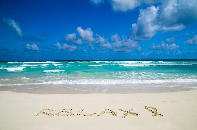 Wort entspannen sie sich am sandstrand