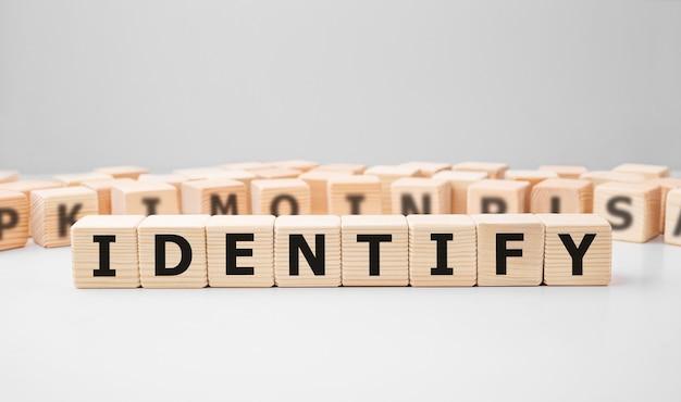 Wort identify gemacht mit holzbausteinen