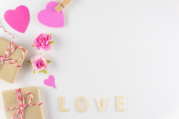 Wort liebe auf weißem hintergrund mit platz für text, valentinstag