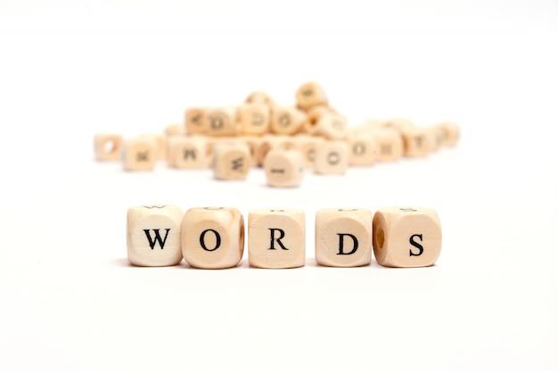 Wort mit würfeln auf weißen hintergrundwörtern
