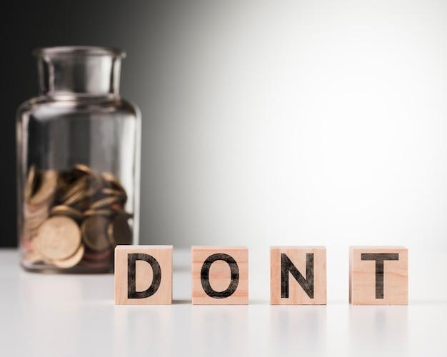 Wort nicht neben glas mit münzen