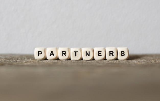 Wort partner mit holzbausteinen gemacht