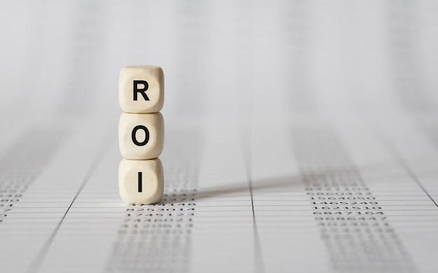 Wort roi gemacht mit holzbausteinen, archivbild