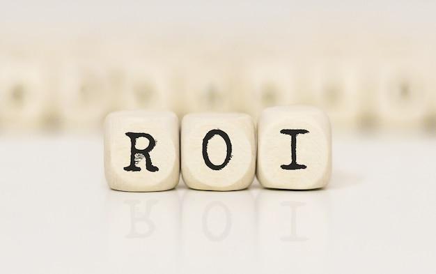 Wort-roi mit holzbausteinen