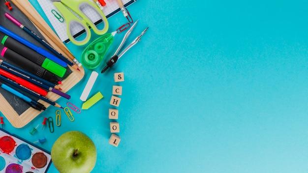 Wort 'schule' und briefpapier auf blau
