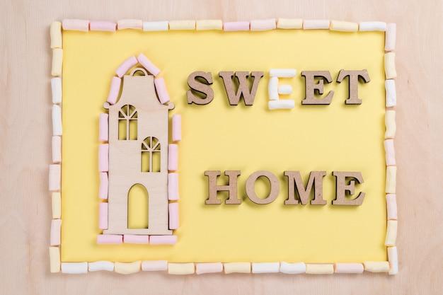 Wort süße heimat von marshmallow und abstrakten holzbuchstaben.