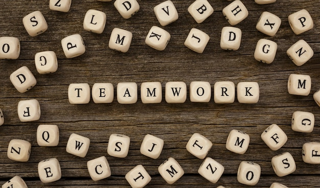 Wort teamwork geschrieben auf holzblock