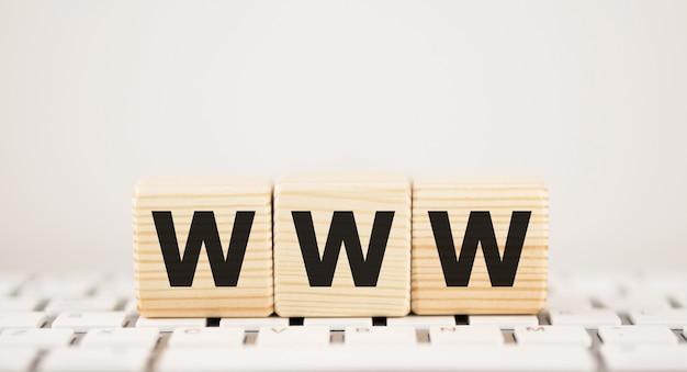 Wort www auf holzklötzen mit tastatur