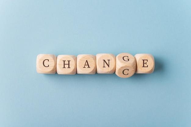 Wortänderung, die sich in zufall ändert, geschrieben auf holzwürfeln