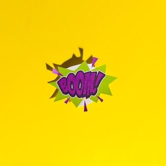 Wortboom! in retro comic-sprechblase mit schatten auf gelbem hintergrund