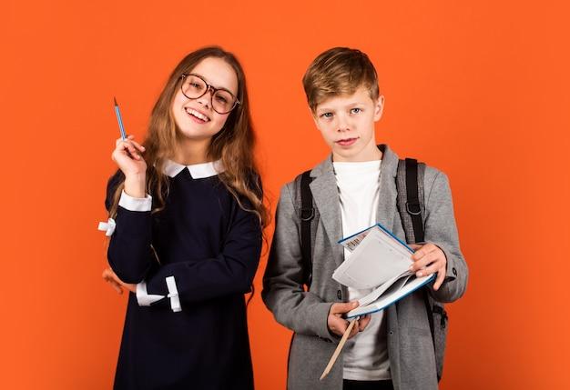 Worte haben macht. nette literaturleser. kleine kinder halten buch für den literaturunterricht. englische literatur. fremdsprache und literatur. lesen lernen. schule und bildung.