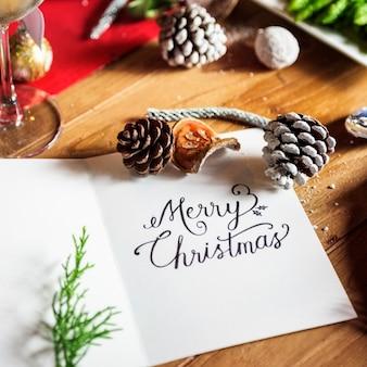 Wortkarte der frohen weihnachten auf holztischfeiertagsfeier