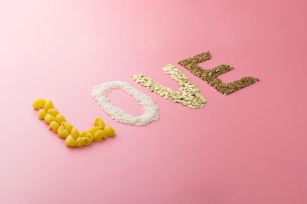 Wortliebe auf einer rosa wand aus müsli