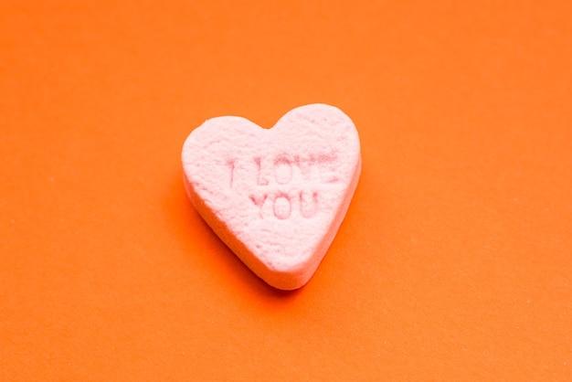 Wortliebe auf englisch auf einem süßigkeitenherz