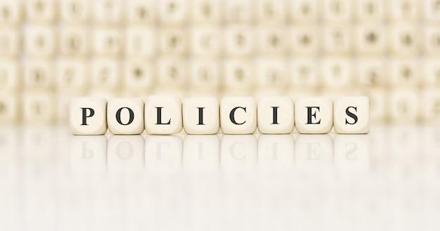 Wortpolitik mit holzbausteinen gemacht