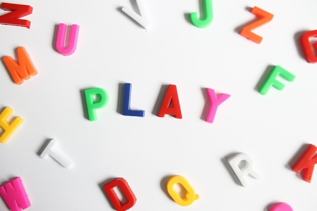 Wortspiel aus bunten plastikbuchstaben