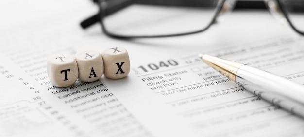 Wortsteuer auf holzwürfel. standardformular für die us-einkommensteuererklärung 1040.