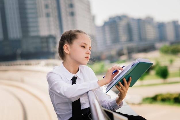 Worum geht es in diesem buch. literaturunterricht. zurück zur schule. moderne bildung. denken lgirl mit notizbuch.